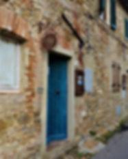 라 페르코 네라의 파란 대문.jpg