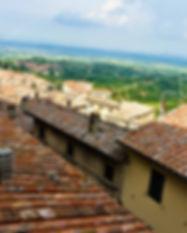 창문에서 바라본 지붕너머 몬테풀치아노.jpg