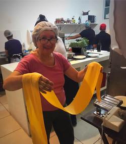 Zia Carmela fazendo a pasta!