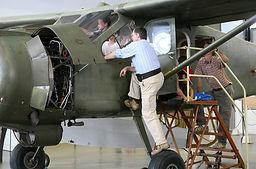 Bénévole expliquant à un enfant le pilotage d'un avion