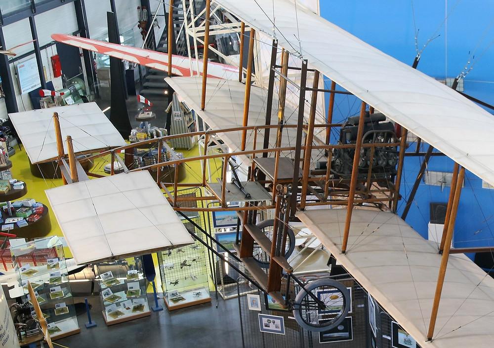 Détails du poste de pilotage du Gasnier n° III. Le moteur Levavasseur Antoinette est visible entre les deux ailes : l'hélice, tournée vers l'arrière du biplan, est placée en mode propulsif