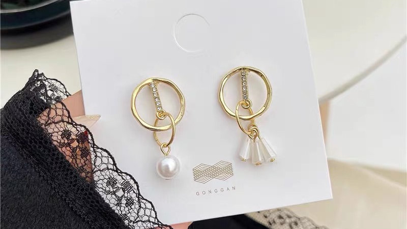 Pearl & rhinestone asymmetric earrings