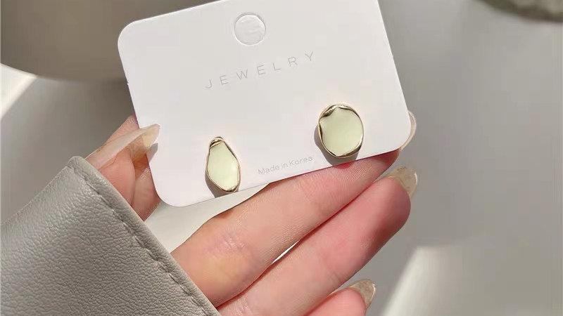 Green gem asymmetric earrings