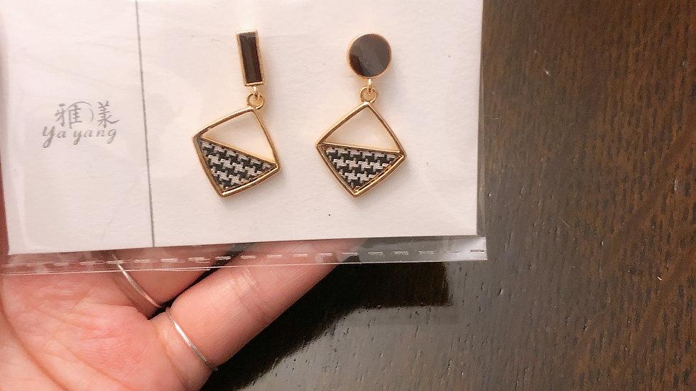 Black asymmetric earrings