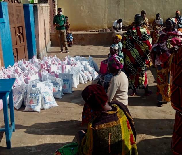 14 Kg pro Person als Nothilfepakete für die schwere Zeit der Coronakrise in Ruanda mit der PoorPoor Foundation e.V.