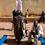Sie tragen ihre Nothilfepakete auf ihren Köpfen nach Hause. Nothilfepakete Kigali durch die PoorPoor Foundation