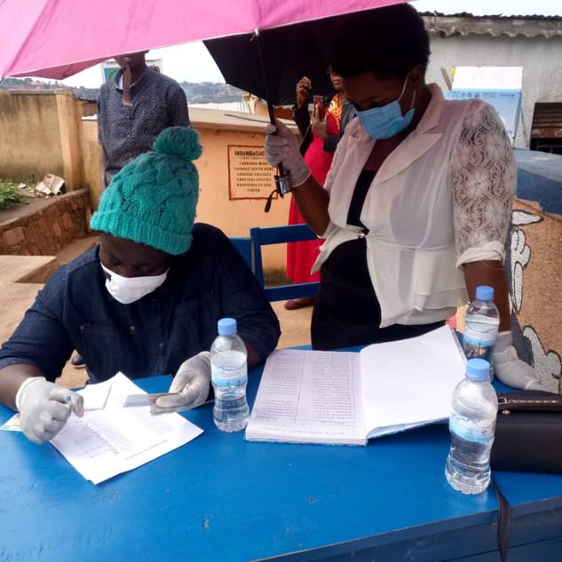 Unser Team in Ruanda bei der Nahrungmittelverteilung der PoorPoor Foundation