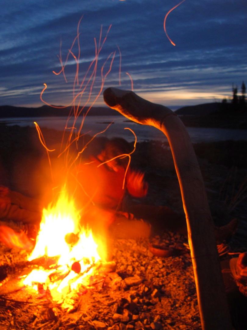 Cercle de parole autour d'un feu