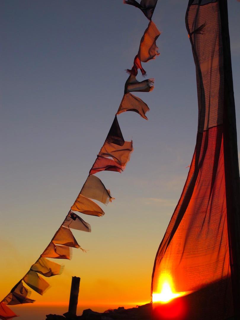 Drapeaux de prière flottants au vent