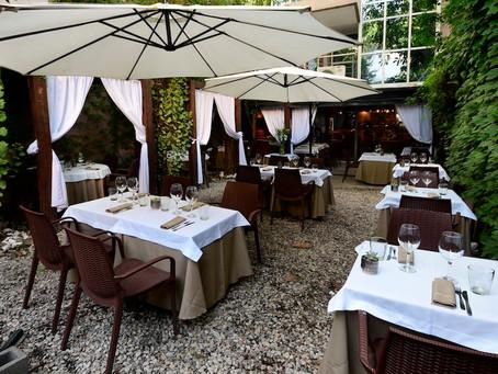 Patio de L'adesso para disfrutar de la cocina italiana al aire libre
