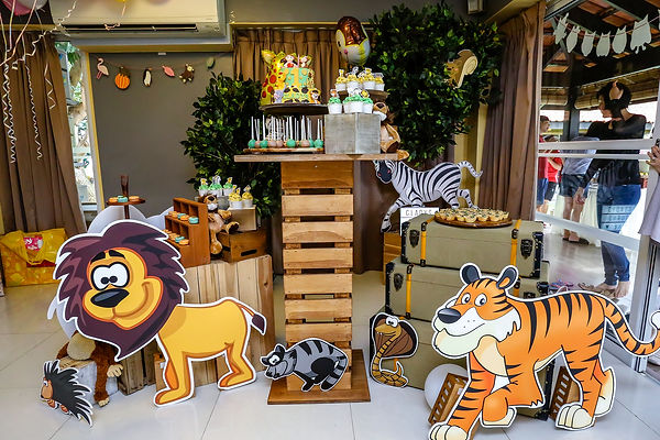 safari-themed party decoration props