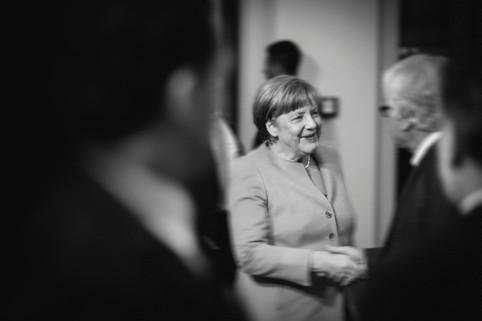 """Angela Merkel wird von Hasso Plattner zur Eröffnung des Museums """"Barberini"""" in Potsdam begrüßt."""