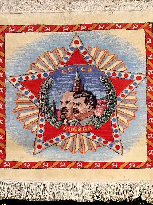 116// Preproga z motivom Lenina in Stalina v rdeči zvezdi