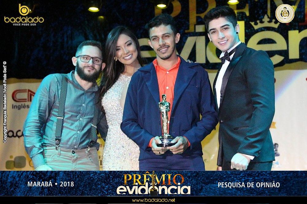 Francisco Jailton e Edelson Ribeiro (TALENTISE) recebem a estatueta das celebridades Carol Nakamura e Henrique Lima