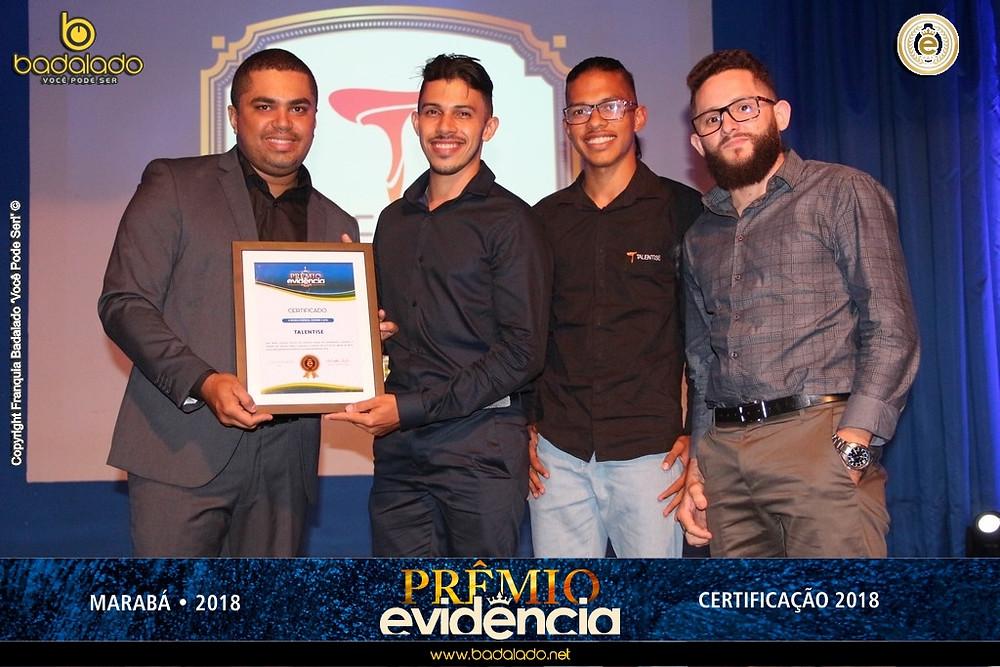 Washington Pablo entrega certificado da premiação a Francisco Jailton, acompanhado de Mailson José e Edelson Ribeiro