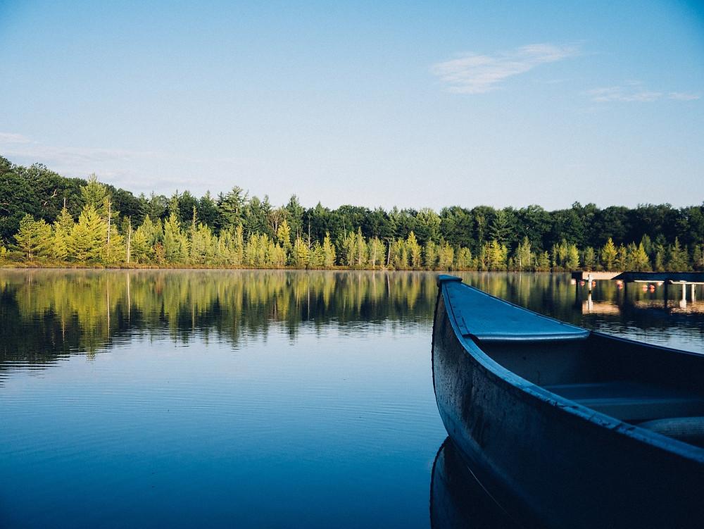 Kanu auf glattem See, Frieden im Fressanfall