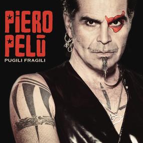 """""""PUGILI FRAGILI"""", NUOVO SINGOLO, ESTRATTO, DI PIERO PELÙ.   A partire da venerdì 21 agosto, sarà in radio """"PUGILI FRAGILI"""" il nuovo singolo di Piero Pelùestratto dall'omonimo album d'inediti, con il quale El Diablo festeggia i suoi 40 anni di carriera.  Si tratta di un brano dal sound  pop-rock intimo e biografico, con cui il cantante prova in qualche modo a descriversi e raccontarsi, cercando un confronto con l'esterno. Scritta in occasione del matrimonio di Piero con Gianna, è la storia di chi vuole conoscersi e sostenersi per crescere insieme.  Il videoclip della canzone, girato a Lecce dalla regia di Mario Russo nella palestra di Fabio Siciliani, pluricampione mondiale di Muai Thai, è un vero e proprio film corto che vede Piero in una sorprendente veste attoriale come allenatore e motivatore di una giovane lottatrice della disciplina, la quale è presa da un momento di sconforto in seguito ad una sconfitta."""