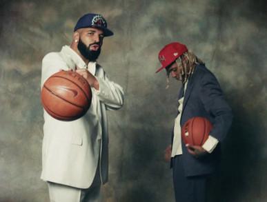 """""""LOUGH NOW CRY LATER"""", IL NUOVO SINGOLO DI DRAKE    È da poco disponibile """"Laugh Now Cry Later"""", il nuovo singolo diDrakerealizzato in collaborazione conLil Durk. """"Laugh Now Cry Later""""fa seguito ai singoli di successo """"Popstar"""" e """"Greece"""" realizzati insieme a Dj Khaled.  Si tratta del primo singolo tratto dal sesto album del rapper, intitolato """"Certified lover boy"""".  Nel brano i due cantanti parlano della loro vita agiata, sperando di riuscire a godersi questo momento e pensare successivamente ai problemi ed i dolori della vita.   Il video musicale, diretto da Dave Meyers, è stato girato presso la sede della Nike a Beaverton, Oregon. Oltre a presentare Drake e Lil Durk, includeva anche le apparizioni di atleti della Nike come Odell Beckham Jr., Marshawn Lynch e Kevin Durant.   A seguire il testo e la traduzione del brano    [Intro: Drake] Woah, woah Yeah  [Chorus: Drake] Sometimes we laugh and sometimes we cry, but I guess you know now, baby I took a half and she took the whole thing, slow down, baby We took a trip, now we on your block and it's like a ghost town, baby Where do these niggas be at when they say they doin' all this and all that?  [Verse 1: Drake] Tired of beefin' you bums, you can't even pay me enough to react Been wakin' up in the crib and sometimes I don't even know where I'm at Please don't play that nigga songs in this party, I can't even listen to that Anytime that I ran into somebody, it must be a victory lap, ayy Shawty come sit on my lap, ayy, they sayin' Drizzy just snapped Distance between us is not like a store, this isn't a closeable gap, ayy I seen some niggas attack and don't end up makin' it back  [Pre-Chorus: Drake] I know that they at the crib goin' crazy, down bad What they had didn't last, damn, baby  [Chorus: Drake] Sometimes we laugh and sometimes we cry, but I guess you know now, baby I took a half and she took the whole thing, slow down, baby We took a trip, now we on your block and it's like a ghost town, baby Where do these ni"""