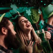 Ирландский паб люди празднуют