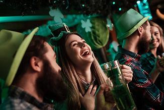 las personas que celebran Irish Pub