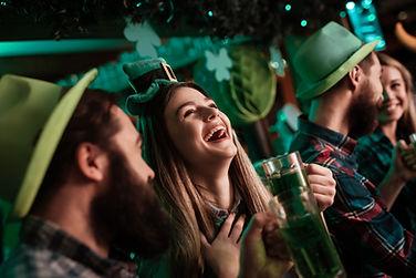 les gens de pub irlandais célébrant