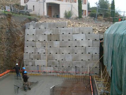 Mur de soutènement du bassin de rétention à Chavanay dans le Parc du Pilat