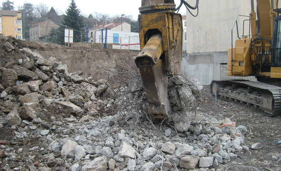 Démolition d'un immeuble à Maclas