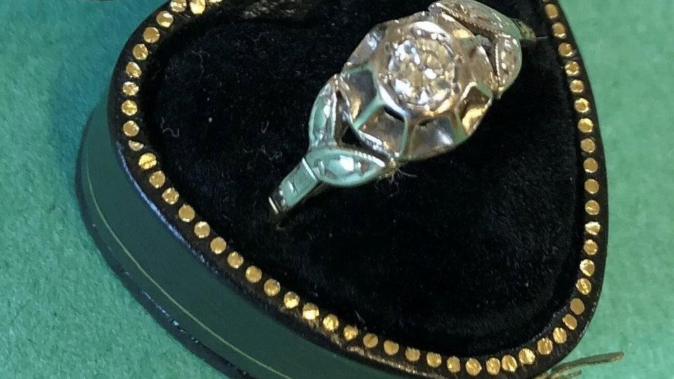 Art Deco 18ct Gold & Platinum Diamond ring. 1930s.