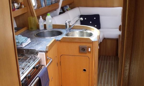 Cuisine et carré d'équipage voilier Atlantis
