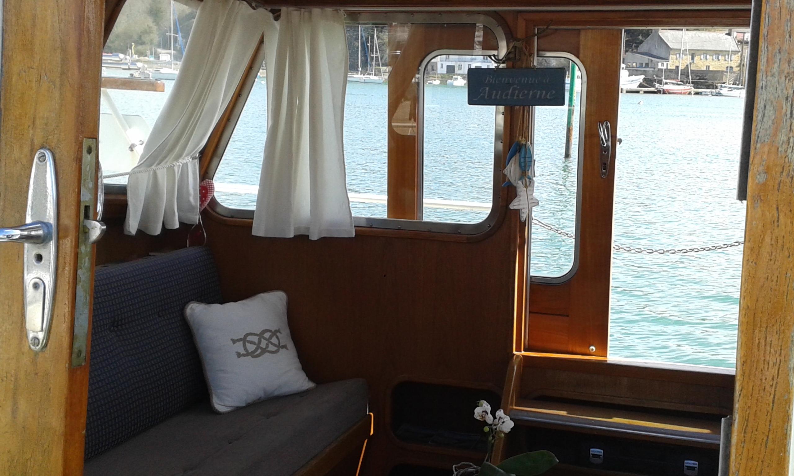 Dans le cockpit, un vrai havre de paix au bord de l'eau.