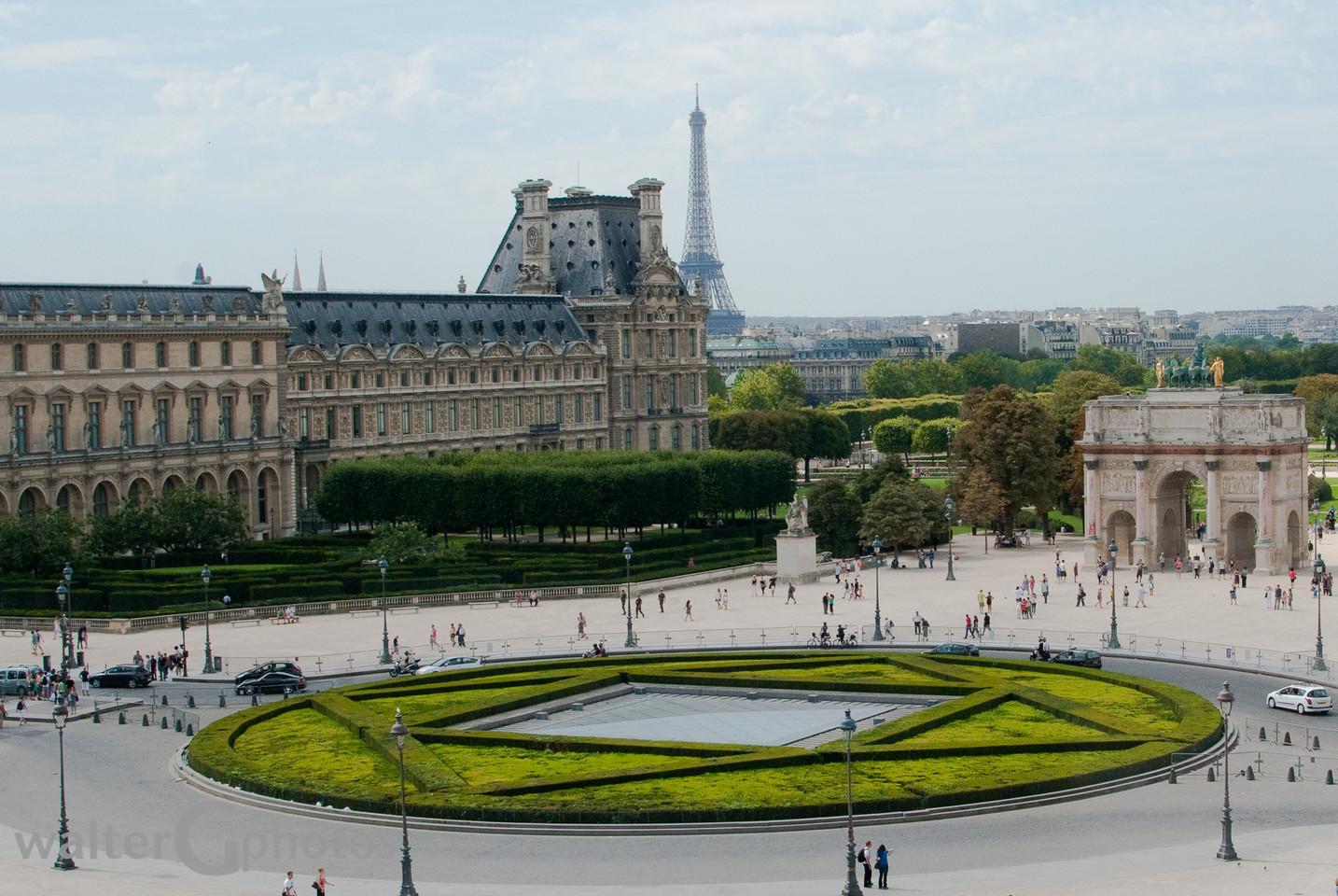 Louvre Courtyard & Eiffel Tower, Paris, Frances