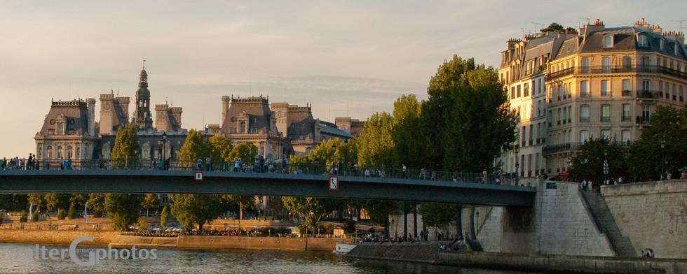 Hotel-de-Ville (City Admin) on the left, looking NW on the Siene, Pont Saint-Louis, Paris, France
