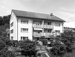 Solarkraft-Referenzanlagen: Auf dem Flachdach am Einschlagweg 71 und auf dem Schrägdach an der Dammstrasse 64 in 3400 Burgdorf. Beide PV-Anlagen befinden sich in Eigenbesitz, welche wir Ihnen als Referenzanlagen vorstellen und erklären können.