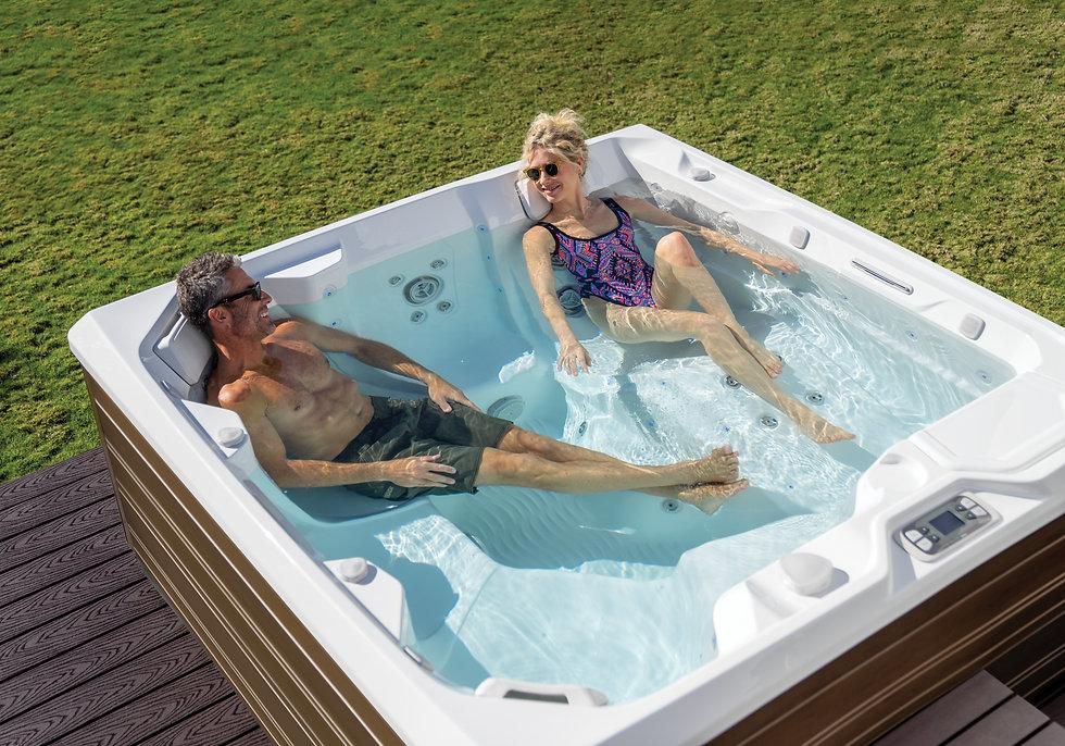 HotSpring-Limelight-Flair-2020-alpinewhite-Sable-Lifestyle-Couple-01.jpg