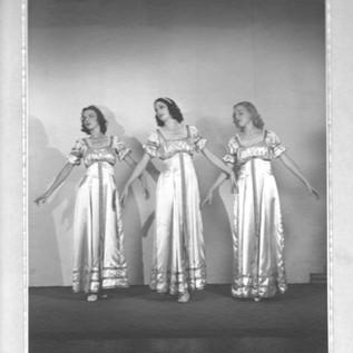3 Female Ito Dancers by Toyo Miyatake