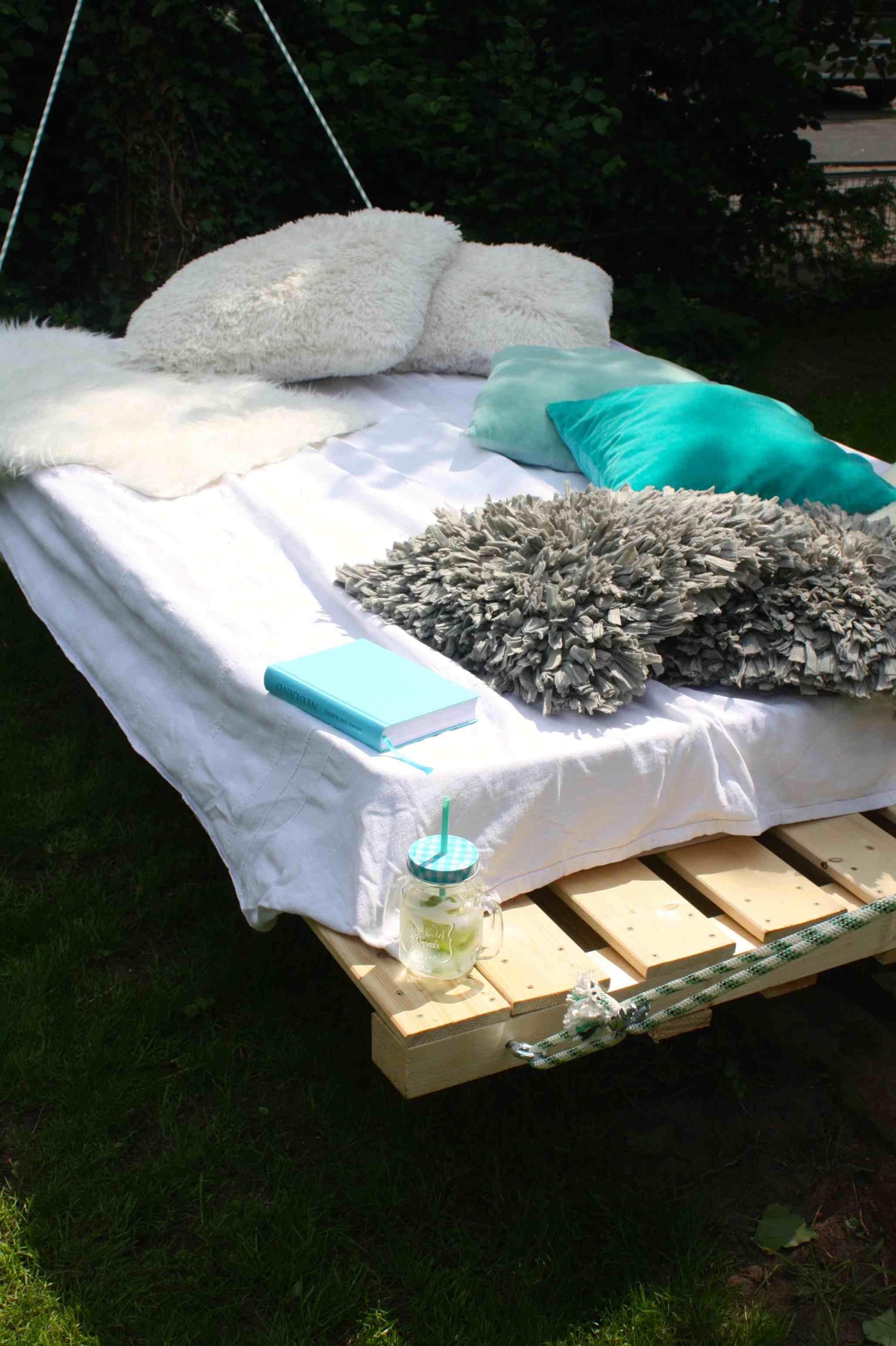 outdoor schaukelbett wie du ein palettenbett aus holz einfach bauen kannst mimimia schoene. Black Bedroom Furniture Sets. Home Design Ideas