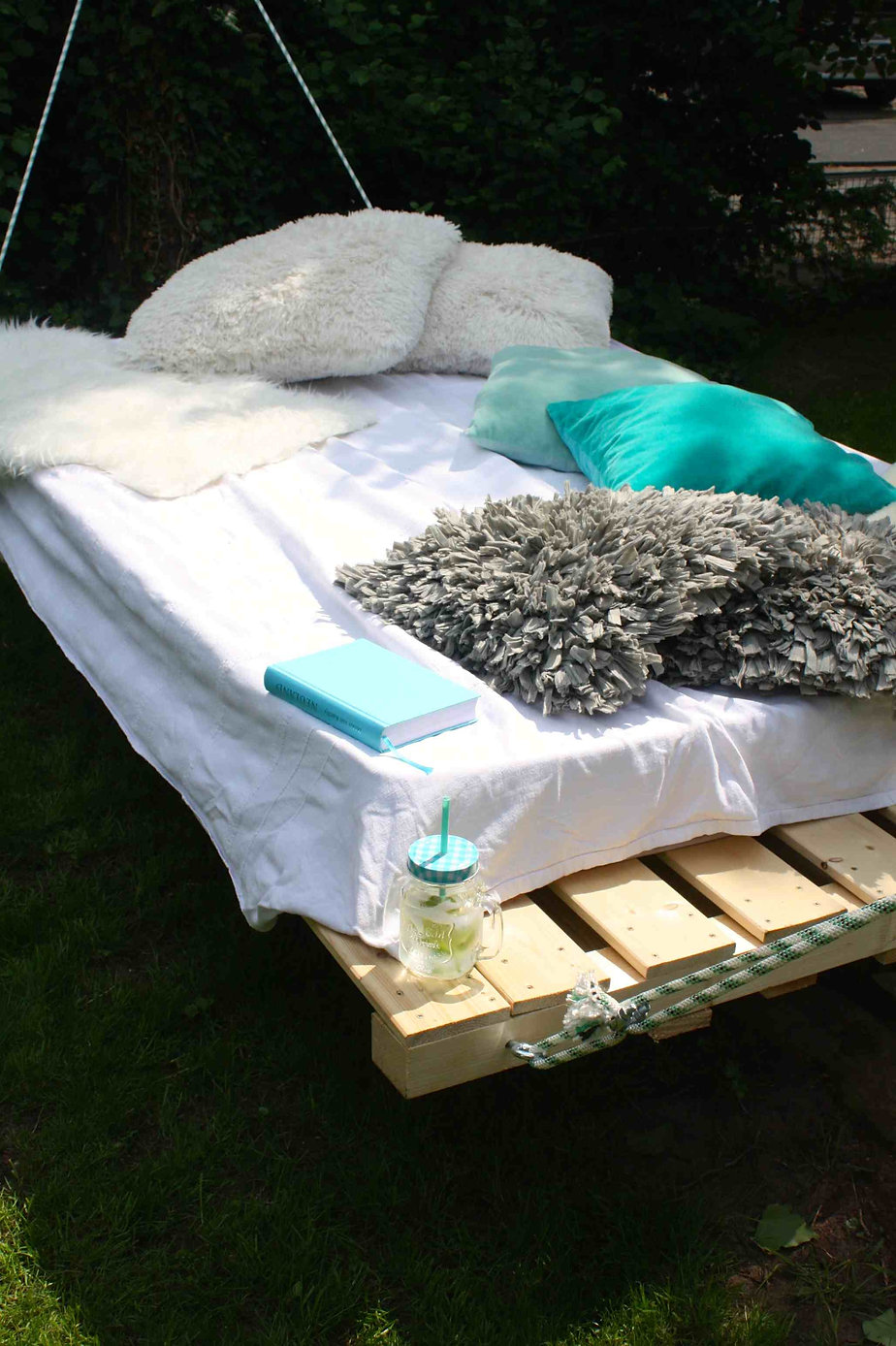 outdoor schaukelbett wie du ein palettenbett aus holz einfach bauen kannst mimimia diy. Black Bedroom Furniture Sets. Home Design Ideas