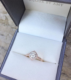 Beautiful round brilliant diamond set in a vintage-inspired rose gold and diamond setting 💎Congrats