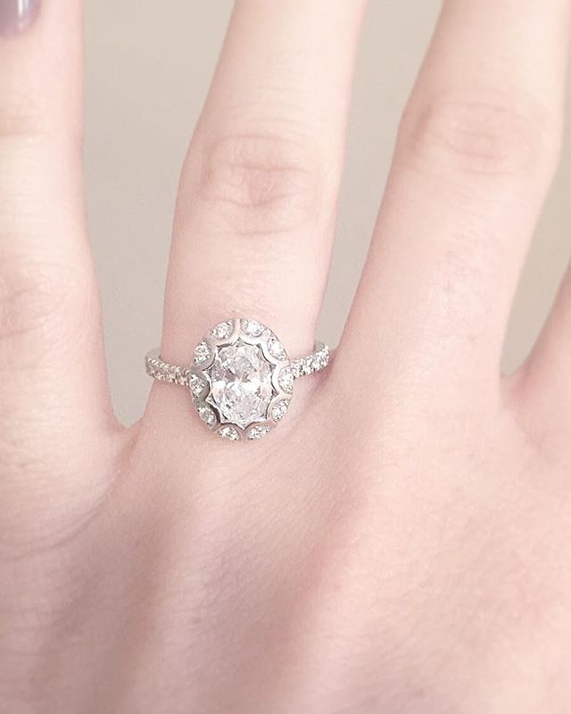 A unique scalloped halo surrounding a beautiful oval diamond 💎
