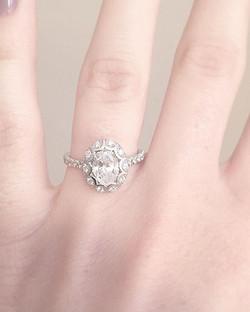 A unique scalloped halo surrounding a beautiful oval diamond 💎