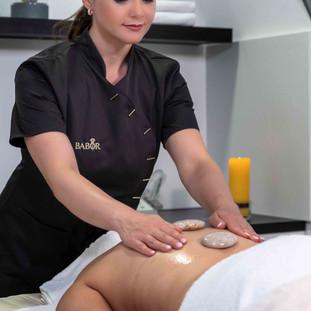 Massage Behandlung mit Steinen.jpg