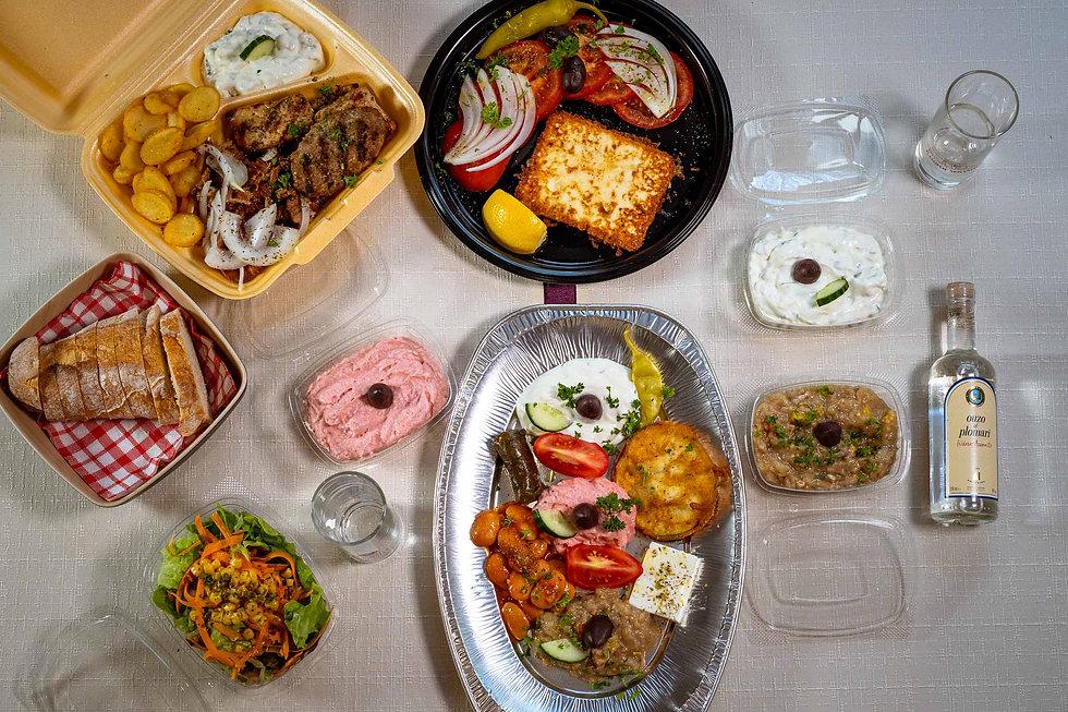 Tisch mit zum Mitnehmen Speisen.jpg