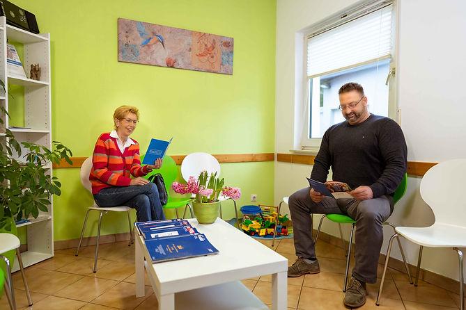 Unser Wartezimmer mit Patienten.jpg
