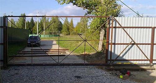 Откатные ворота изготовлены на месте