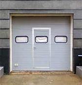 Секционные ворота с окнами и калиткой