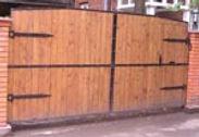 Распашные ворота с обшивкой деревом
