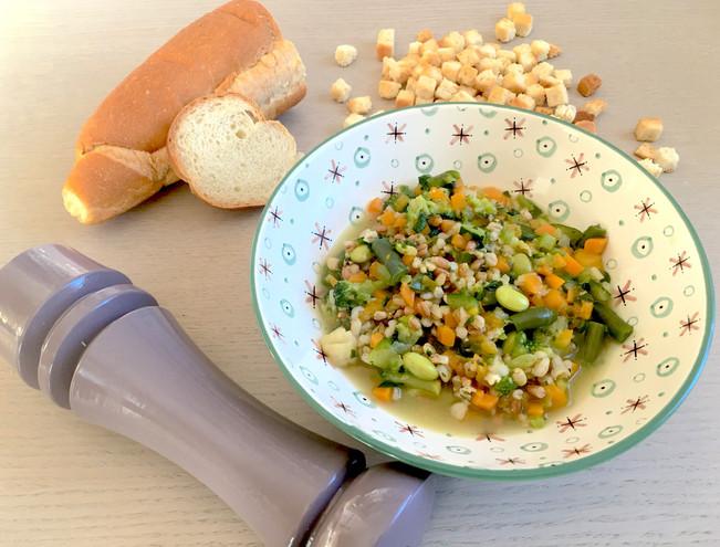 Minestrone di verdure con tofu e crostini dorati
