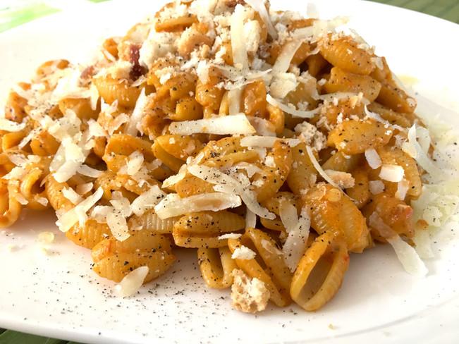 Gnocchetti sardi con crema di peperoni, ricotta e pane croccante
