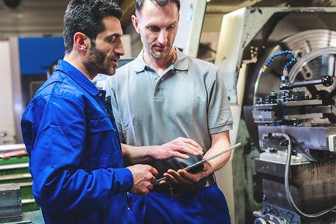 Werknemers voor CNC-machine (istock).jpg