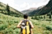 山脈の女の子のハイキング